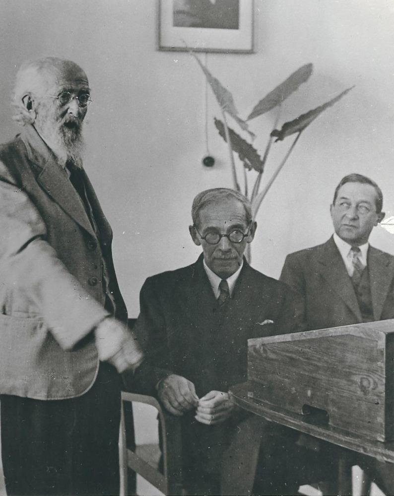 חנוכת הפקולטה 1942  הדיקן הראשון פרופ' אלעזרי וולקני יושב באמצע לידו מישהו מהחלוצים הבילויים